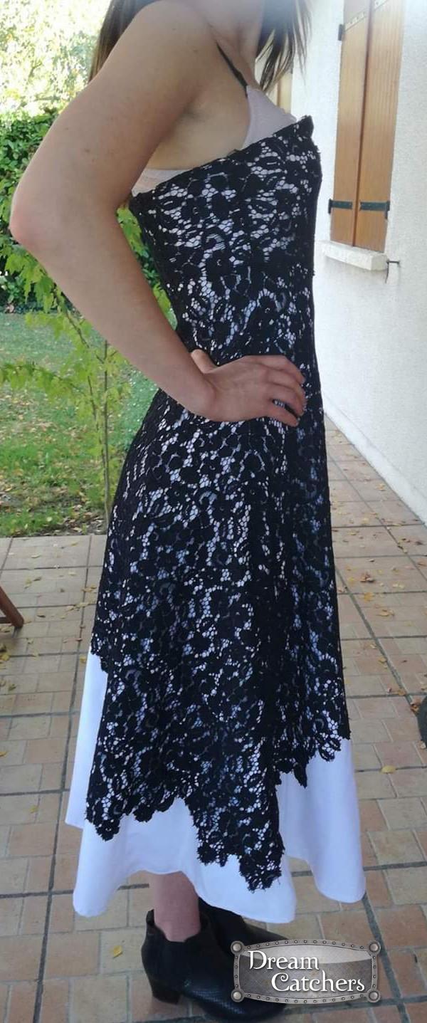 b8bdd5560833f Magnifique robe gothique en dentelle noire